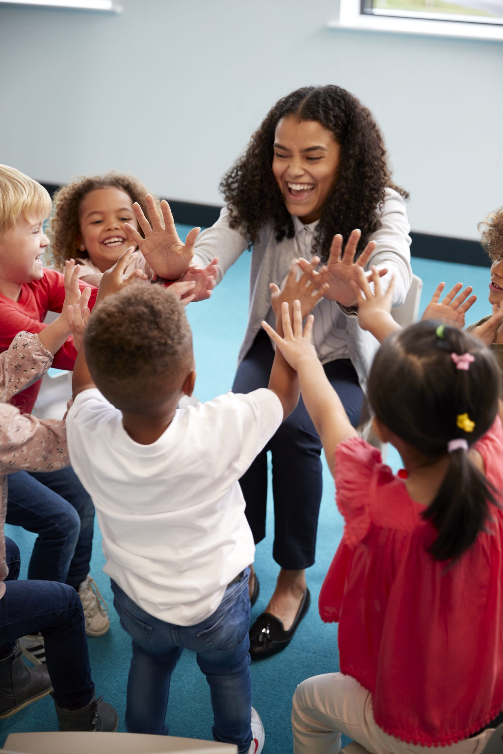 infant-school-children-in-a-circle-in-the-classroo-A36XVUG-min